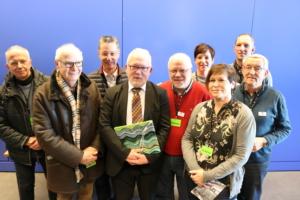 Ein Teil der Besuchergruppe im Gruppenfoto mit Wolfgang Hellmich