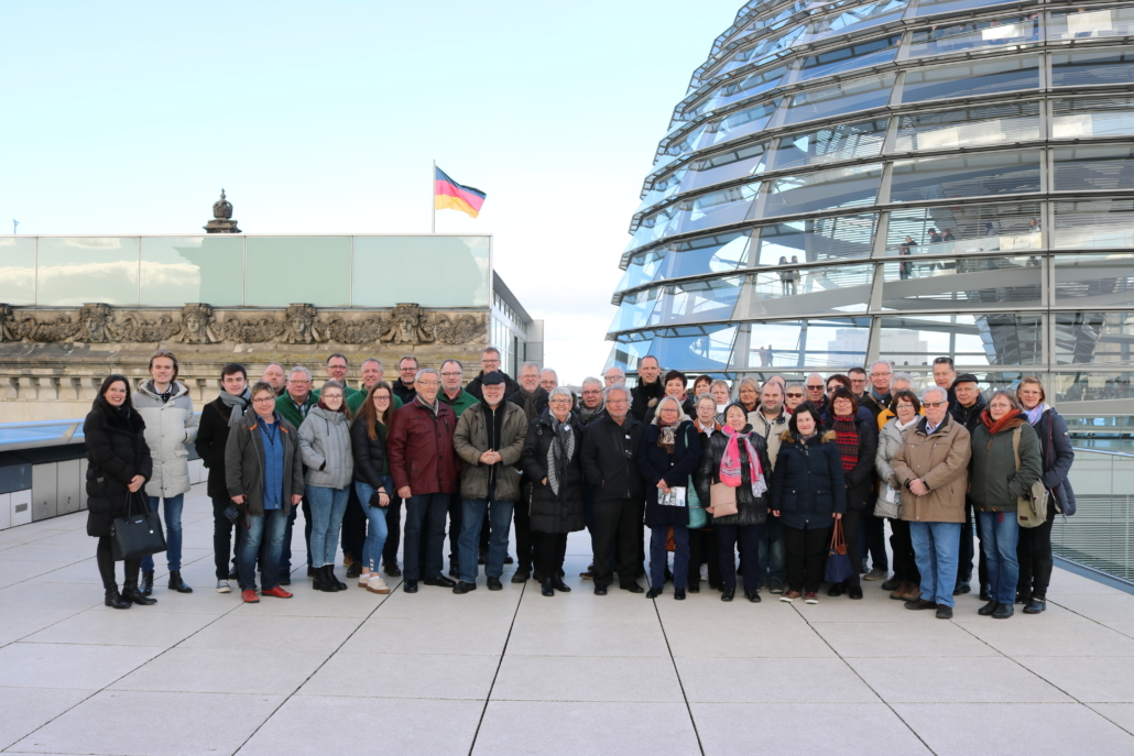 Die Besuchergruppe auf der Dachterrasse des Reichstagsgebäudes