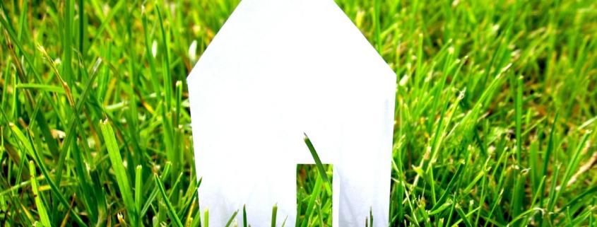 Papierhaus auf einer Wiese
